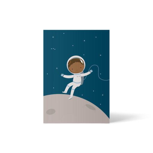 Postkarte A6 von ellou, die eine Schwarze binationale Astronautin zeigt (hellbraune Hautfarbe). Sie fliegt mit Astronautenanzug an einer Schnur über einem Planeten. Im Hintergrund ist ein Sternenhimmel.
