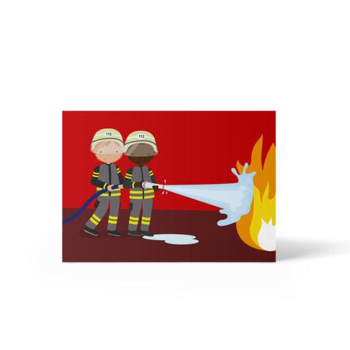 Ein weißer und ein Schwarzer Junge halten gemeinsam den Feuerwehrschlauch und löschen ein Feuer. Postkarte A6 von ellou