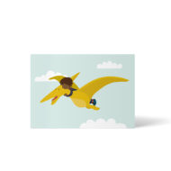 Ein Schwarzes Kind liegt auf dem Rücken eines Flugsauriers und hält sich im Flug an dessen Hals fest. Postkarte A6 von ellou