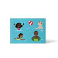 4 Kinder im Wasser, fröhliche Freibadszene, ein Schwarzes und ein weißes Kind spielen Ball, ein Mädchen of Color schwimmt, ein Schwarzer Junge mit Brille hat einen Schwimmreifen. Postkarte A6 von ellou