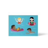 4 Kinder im Wasser, fröhliche Freibadszene, ein Schwarzes Kind liegt auf einer Luftmatratze, ein Schwarzes Kind mit Schwimmbrille übt schwimmen, ein Mädchen of Color hat einen Schwimmreifen, ein weißes Mädchen winkt. Postkarte A6 von ellou