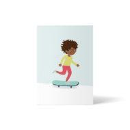 eine Schwarze Skaterin mit Brille flitzt fröhlich auf ihrem Board durch die Gegend. Postkarte A6 von ellou