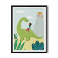Schwarzes Mädchen mit Zopf sitzt auf dem Rücken eines langhalsigen grünen Dinosaurier und unterhält sich mit ihm. Im Vordergrund Pflanzen, im Hintergrund ein Vulkan