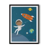 Schwarzer Astronaut im weißen Raumanzug vor Sternenhimmel mit roter Rakete, Hautfarbe hellbraun