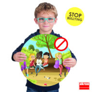 Ein Kind hält ein großes Poster in den Händen. Darauf ist eine Szene gezeichnet, in der drei Kinder ein anderes Kind ausgrenzen und über es reden. Anti-Mobbing Poster - Anti-bullying psters von akros 20841