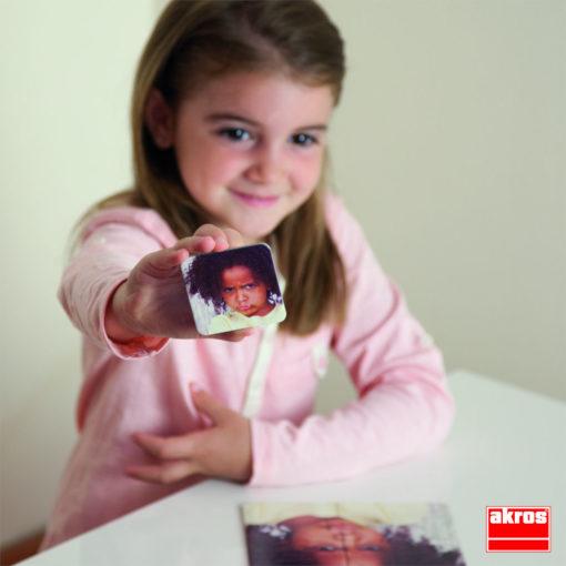 Kind zeigt Beispielkarte für die erklärenden Emoticonkarten.