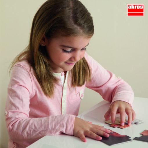 Ein Kind puzzelt eines der Puzzle 10 Emotionen. Die einzelnen Teile sind groß und lassen sich gut von kleinen Kinderhänden zusammenlegen.