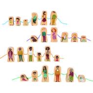 Übersicht der Figuren. Familie of Color: 3 Kinder, alter Mann mit Gehstock, weiße Familie mit Hund, schwangerer Frau, Kind im Rollstuhl, zwei weiter Kinder. Schwarze Familie mit Oma, Opa, Papa, Kind 1, Mutter, Kind 2. Familie of Color 2 Kinder, Mutter, Vater, Oma, Katze.