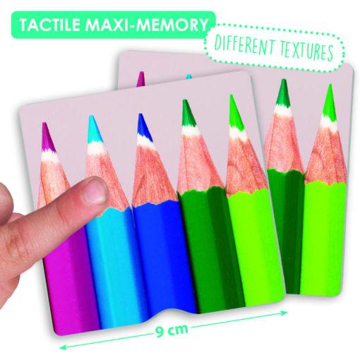 """Ein Finger streicht über die Memorykarte """"Buntstifte"""" des taktilen Memorys. Die Kartengröße ist mit 9 x 9cm markiert. Hinweistext: verschiedene Texturen."""