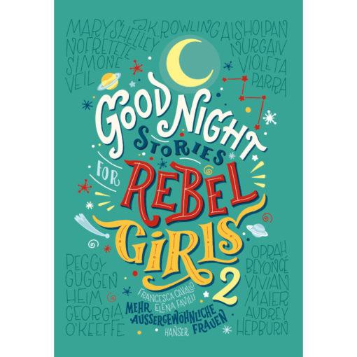Cover Good Night Stories for Rebel Girls 2 - mehr außergewöhnliche Frauen. Grüner Hintergrund, worauf einige Namen der porträtierten Frauen in feinen Linien aufgeschrieben sind. Der Schriftzug ist bunt aber mit gedeckten Farben und im Stil mit gemischten künstlerischen Handschriften gehalten.