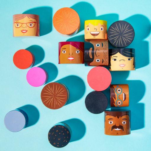 Detail verschiedener Bausteine. Alle Gesichter sind liebevoll gemalt.