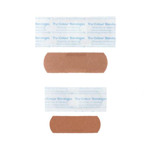 Pflaster in mittelbraun dunkle Hautfarbe - Gewebestruktur sichtbar. Orange Verpackung