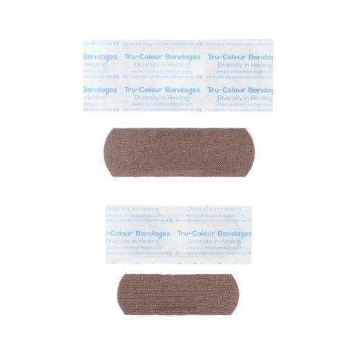 Pflaster in mittelbraun dunkle Hautfarbe - Gewebestruktur sichtbar. Lila Verpackung