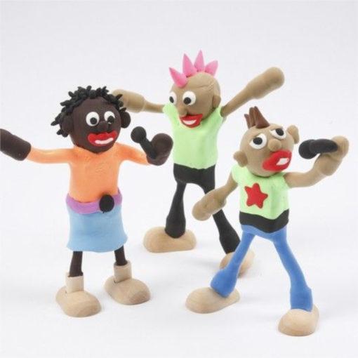 Beispiele von 3 fertig gebastelten Puppenhausfiguren. Eine Schwarze Frau und zwei weiße Männer