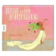 3D Cover: Julian ist eine Meerjungfrau. Ein Schwarzes Kind steht vor einer Backsteinmauer, der Oberkörper ist unbekleidet, um die Hüften ist eine lange Schleppe gewickelt, im Haar trägt es Blumenschmuck.