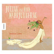 Cover: Julian ist eine Meerjungfrau. Ein Schwarzes Kind steht vor einer Backsteinmauer, der Oberkörper ist unbekleidet, um die Hüften ist eine lange Schleppe gewickelt, im Haar trägt es Blumenschmuck.
