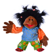 Schwarze Handpuppe Maggylein von Living Puppets 35 cm. Schwarze Haare, blaue Bluse, geblümte Hose, rote Sandalen