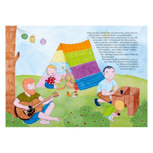 Max findet einen Freund - Kinderbuch Regenbogenfamilie: Innenseite: Papa und Papi sind mit den Kindern im Garten. Ein Erwachsener spielt Gitarre, einer baut einen Kaninchenstall. Zwei Kinder spielen.