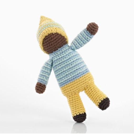 gehäkelte Babyrassel / Greifling Motiv Schwarze Puppe, gelb-hellblau angezogen