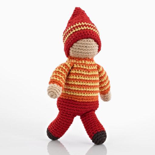 gehäkelte Babyrassel / Greifling Motiv weiße Puppe, rot-orange-gelb angezogen