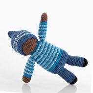 gehäkelte Babyrassel / Greifling Motiv Schwarze Puppe, blau-weiß angezogen