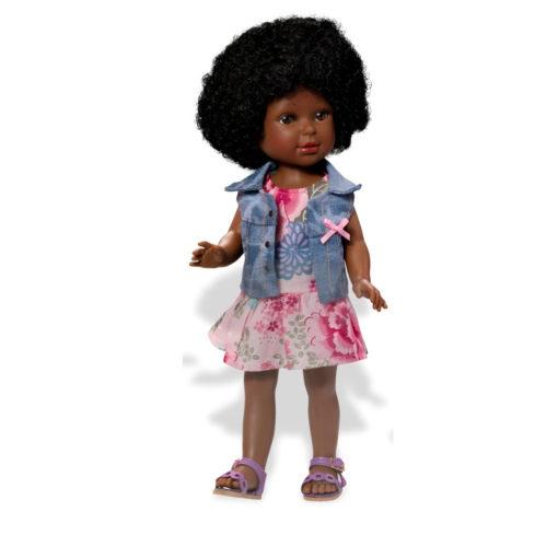 Schwarze Puppe Paulina 821CH (mit brauner Hautfarbe) und großem Afro. Knielanges rosa Kleid mit Blumenmuster, hellblaue Jeansweste, weiße Sandalen. Fester Körper.
