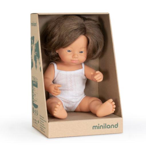 weiße weibliche Puppe mit Down - Syndrom und weißer Unterwäsche im Karton